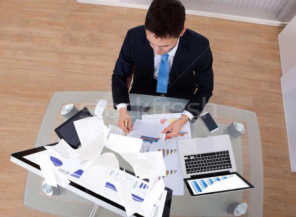 üzletember dolgozik asztal iroda magasról fotózva kilátás Stock fotó © AndreyPopov