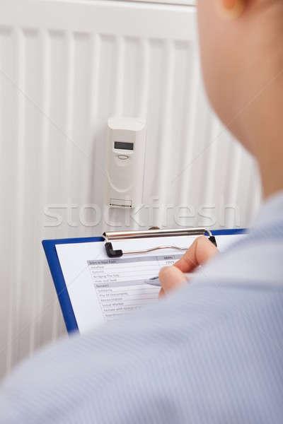 Dossiers numérique thermostat presse-papiers femme papier Photo stock © AndreyPopov