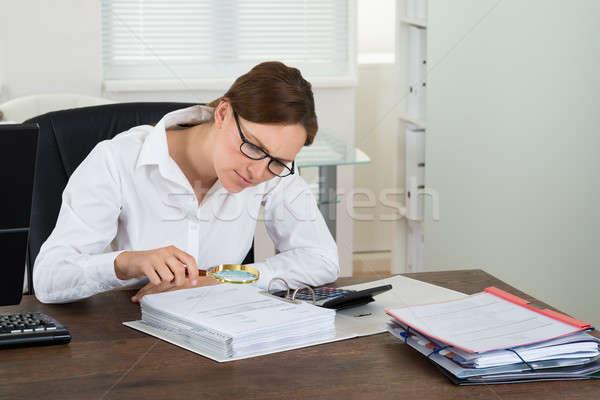 Imprenditrice fattura lente di ingrandimento giovani desk finanziare Foto d'archivio © AndreyPopov
