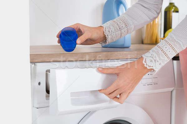 Feminino mãos detergente máquina de lavar roupa Foto stock © AndreyPopov