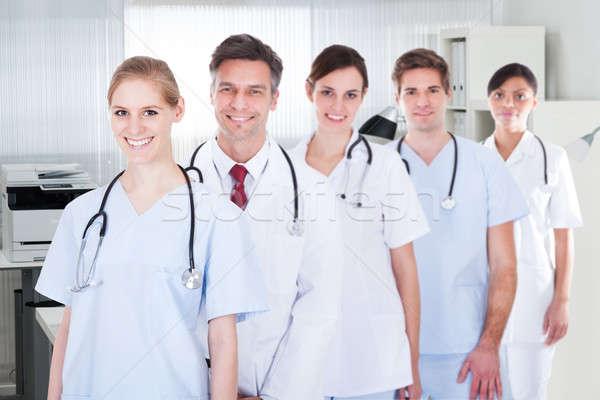 Mężczyzna kobiet lekarzy stałego rząd portret Zdjęcia stock © AndreyPopov
