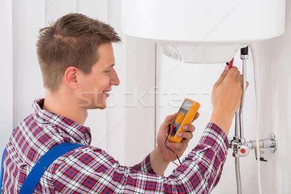Mannelijke loodgieter onderzoeken elektrische glimlachend huis Stockfoto © AndreyPopov