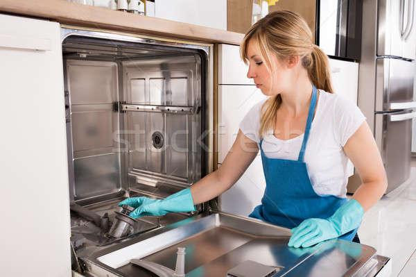 Kadın temizlik bulaşık makinesi mutfak genç kadın Stok fotoğraf © AndreyPopov