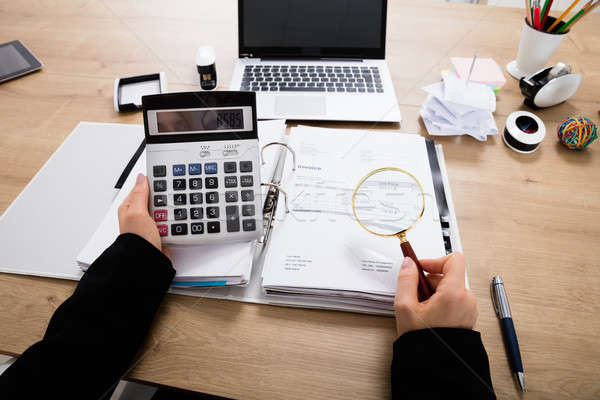 üzletasszony számla számológép könyvvizsgáló nagyító adó Stock fotó © AndreyPopov