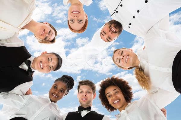 Glimlachend restaurant personeel bewolkt hemel vrouw Stockfoto © AndreyPopov