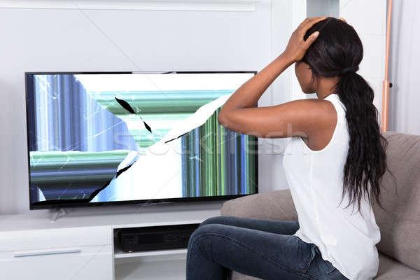 Alterar mujer mirando roto televisión Screen Foto stock © AndreyPopov