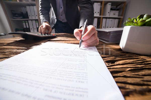 ビジネスパーソン 電卓 署名 文書 クローズアップ 手 ストックフォト © AndreyPopov