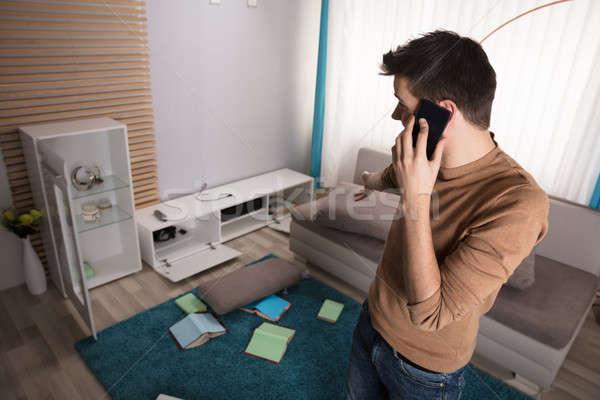 Hombre hablar teléfono senalando robado televisión Foto stock © AndreyPopov
