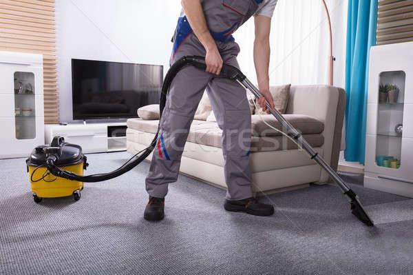 Personne nettoyage tapis aspirateur faible Photo stock © AndreyPopov