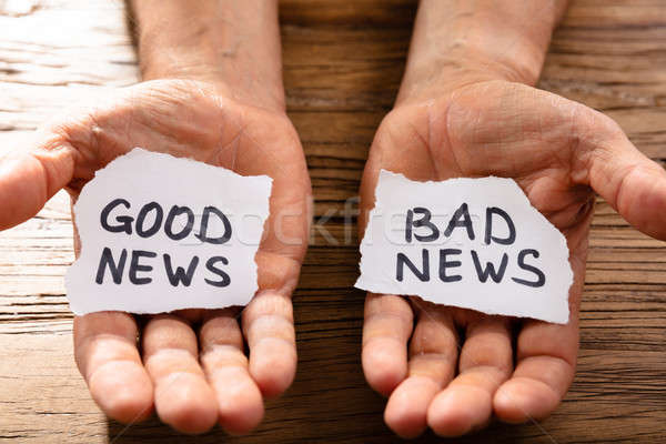 Hombre papel buena malas noticias mano Foto stock © AndreyPopov