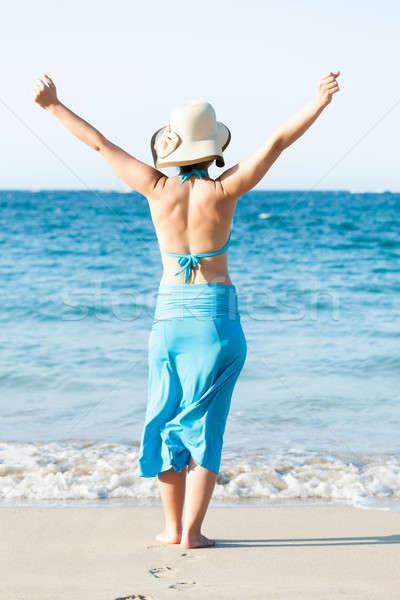 Nő áll karok a magasban tengerpart hátsó nézet fiatal nő Stock fotó © AndreyPopov