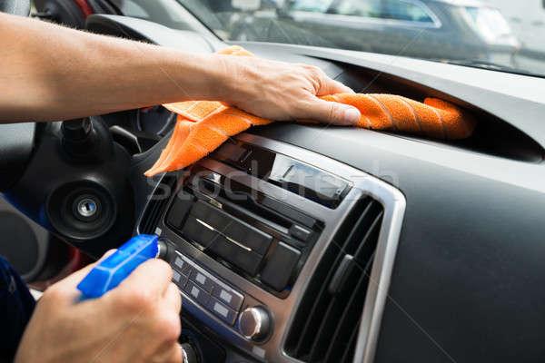 Masculino trabalhador limpeza carro painel de instrumentos imagem Foto stock © AndreyPopov