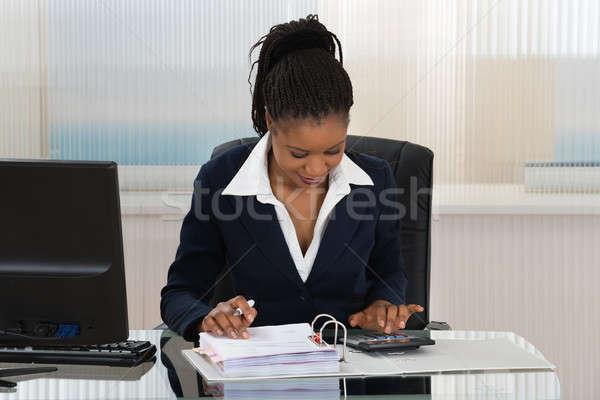 üzletasszony számlák fiatal afrikai irodai asztal számítógép Stock fotó © AndreyPopov