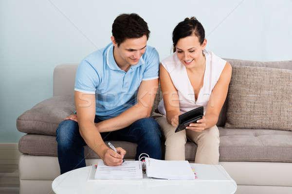 бюджет молодые счастливым пару сидят Сток-фото © AndreyPopov