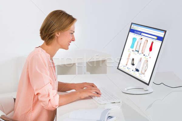 Kobieta zakupy online komputera pulpit szczęśliwy Zdjęcia stock © AndreyPopov