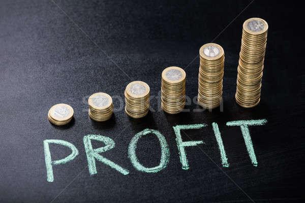 Gewinn geschrieben Tafel gestapelt Münzen Metall Stock foto © AndreyPopov