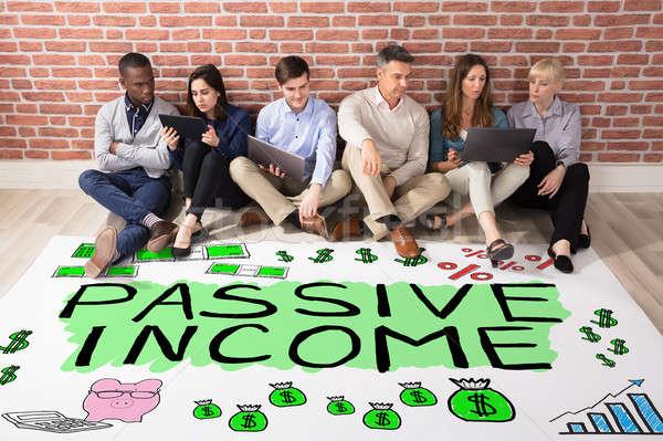 受動 収入 文字 階 グループの人々  見える ストックフォト © AndreyPopov