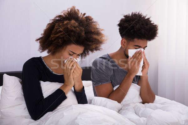 Sonarse la nariz sesión cama dormitorio familia Foto stock © AndreyPopov