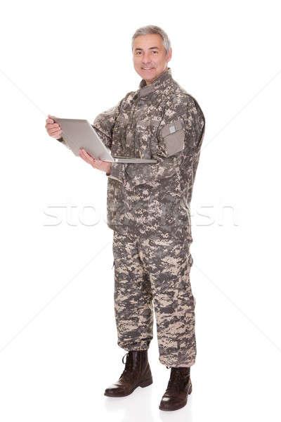 Dojrzały żołnierz laptop odizolowany biały Zdjęcia stock © AndreyPopov