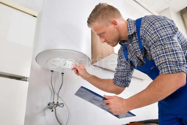 Trabalhador temperatura água aquecedor masculino clipboard Foto stock © AndreyPopov