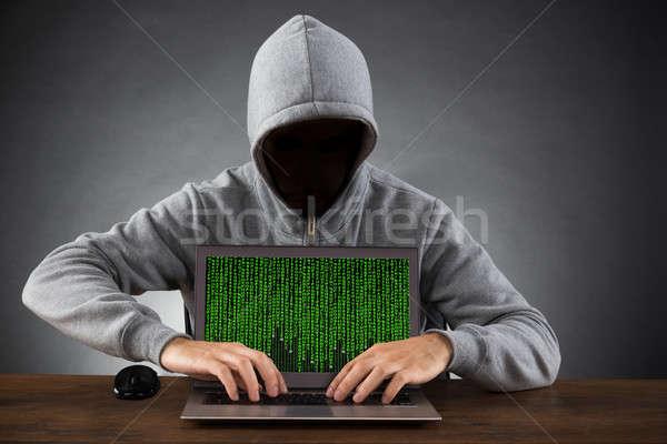 Homem hackers laptop secretária máscara Foto stock © AndreyPopov