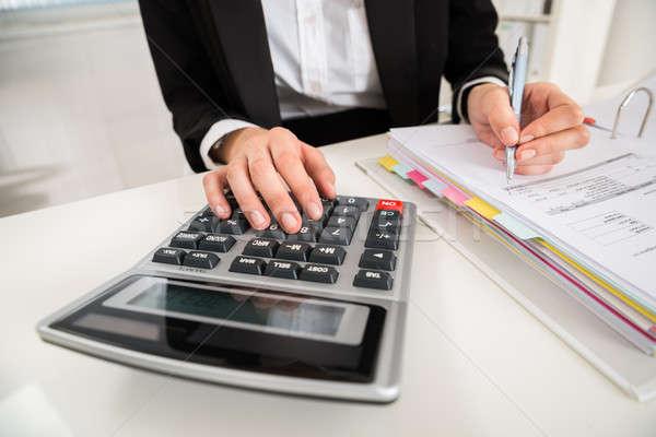 Zakenvrouw financiële berekening bureau Stockfoto © AndreyPopov