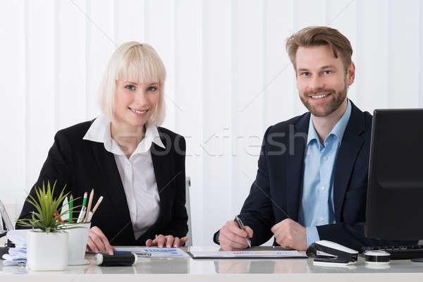 Foto stock: Dois · gráfico · juntos · escritório · computador