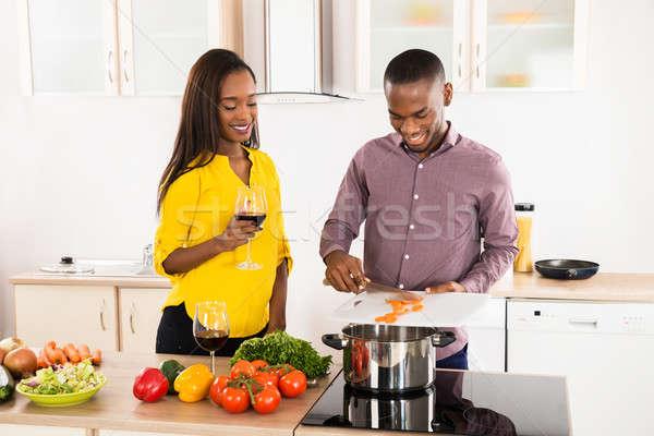Nő néz férj ételt készít fiatal nő tart Stock fotó © AndreyPopov