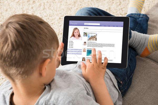 Menino social networking digital comprimido Foto stock © AndreyPopov