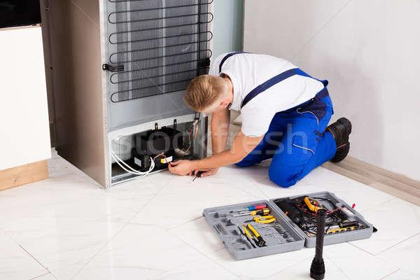 мужчины техник холодильнике молодые отвертка домой Сток-фото © AndreyPopov