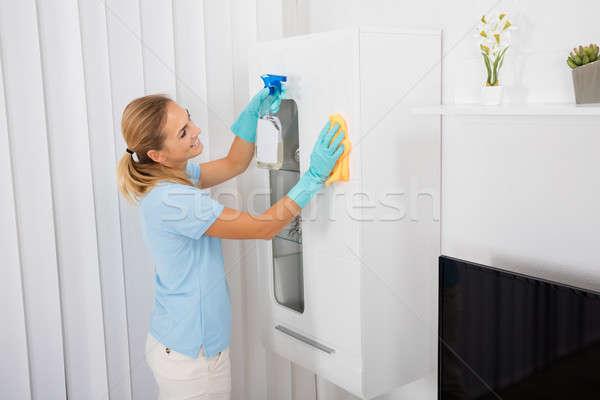 Vrouw schoonmaken meubels home jonge glimlachende vrouw Stockfoto © AndreyPopov