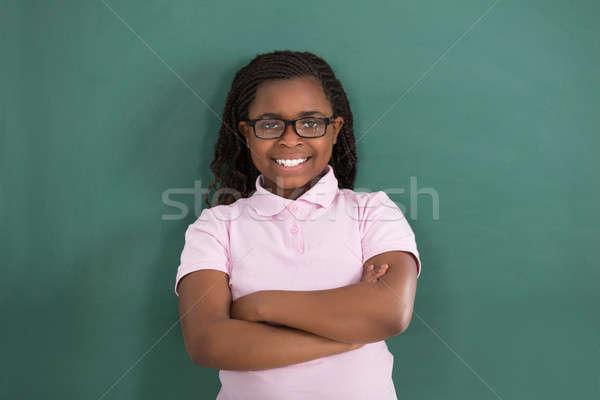肖像 微笑 女孩 常設 綠色 黑板 商業照片 © AndreyPopov