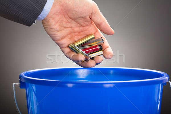 Hand oude batterijen Blauw emmer Stockfoto © AndreyPopov