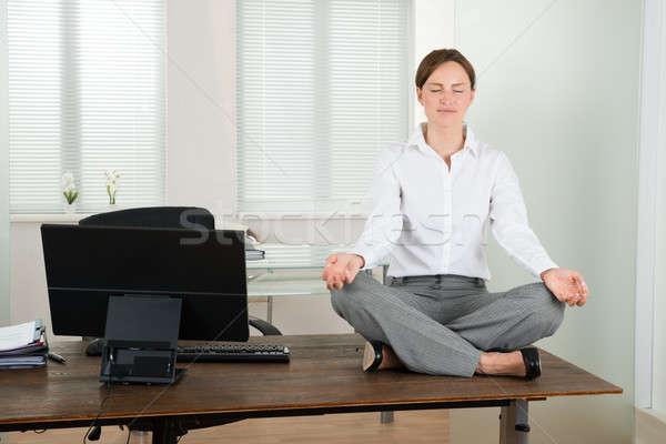 Foto d'archivio: Imprenditrice · yoga · ufficio · giovani · legno · desk