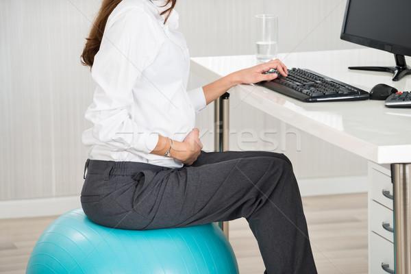 Zwangere vrouw vergadering oefening bal zijaanzicht Stockfoto © AndreyPopov