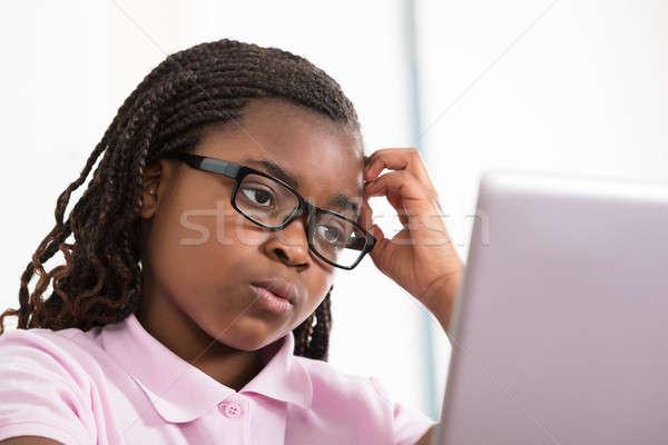 Meisje naar laptop bril student onderwijs Stockfoto © AndreyPopov
