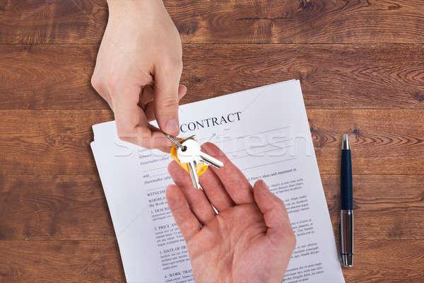 Agent immobilier maison touches client vue contrat Photo stock © AndreyPopov
