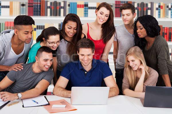 Többnemzetiségű egyetem diákok könyvtár fiatal néz Stock fotó © AndreyPopov