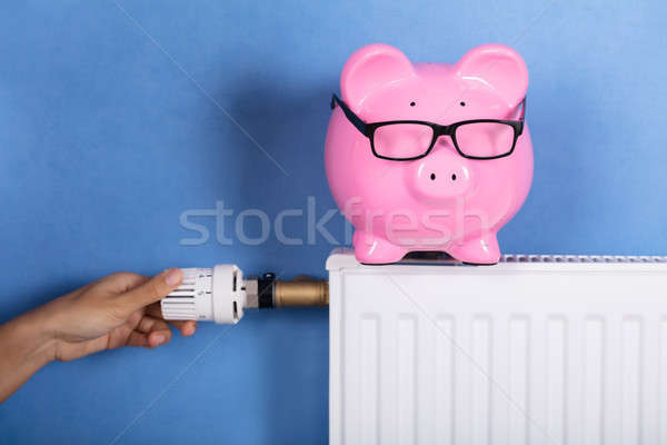 Stockfoto: Persoon · hand · temperatuur · thermostaat · energie