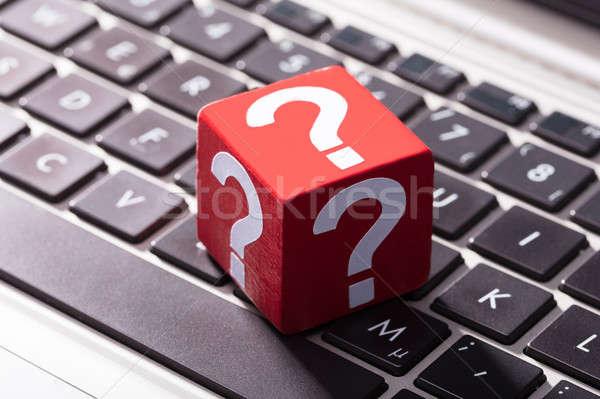 Foto stock: Ponto · de · interrogação · vermelho · laptop · símbolos