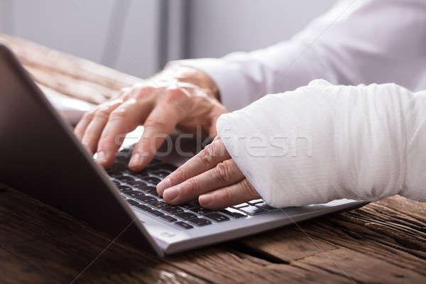 стороны травма используя ноутбук бизнеса Сток-фото © AndreyPopov