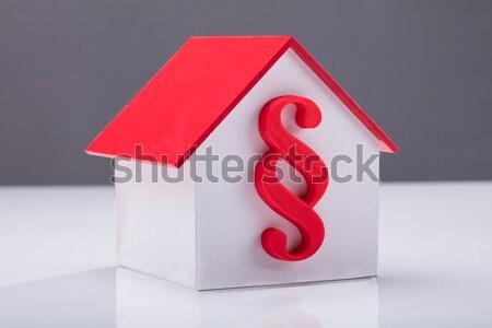 Vermelho parágrafo assinar dentro casa modelo Foto stock © AndreyPopov