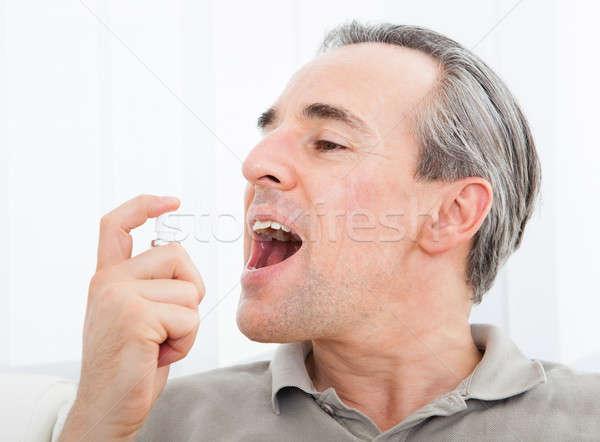 Férfi jelentkezik friss lélegzet spray közelkép Stock fotó © AndreyPopov