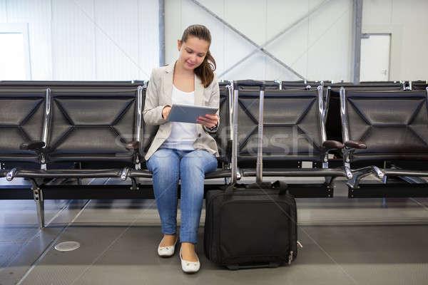 Kobieta interesu cyfrowe tabletka lotniska lobby Zdjęcia stock © AndreyPopov