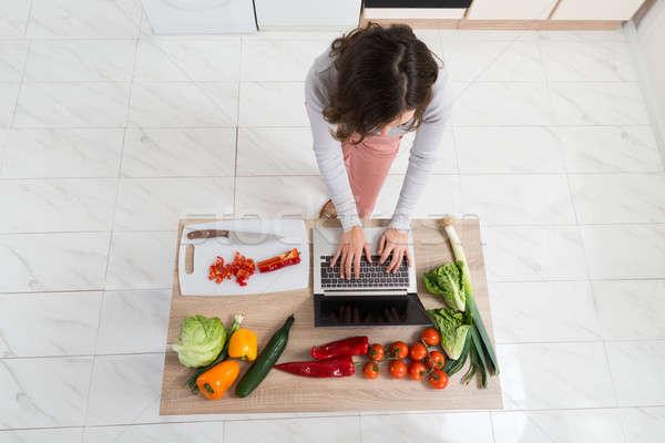 Mulher olhando receita laptop ver Foto stock © AndreyPopov