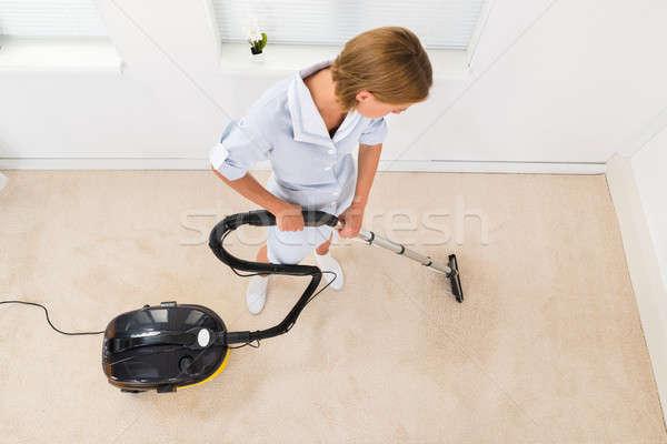 Vrouwelijke meid stofzuiger schoonmaken vloer Stockfoto © AndreyPopov