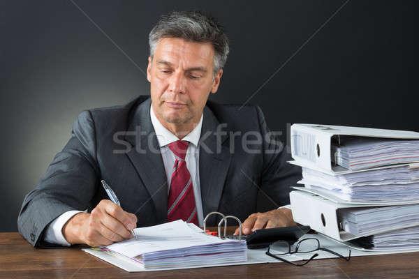 Contador calculadora secretária maduro masculino Foto stock © AndreyPopov
