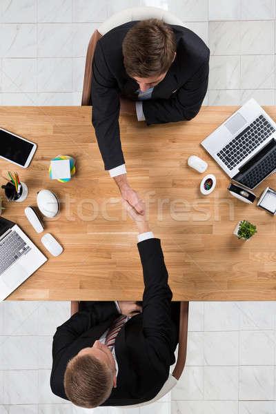 Stockfoto: Zakenlieden · handen · schudden · bureau · kantoor · rechtstreeks · boven
