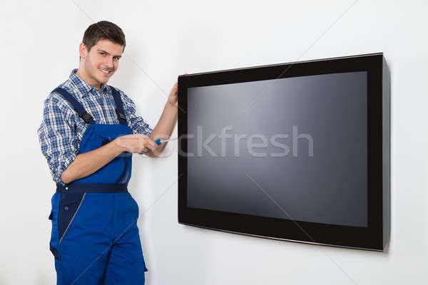 Férfi technikus javít televízió fiatal otthon Stock fotó © AndreyPopov