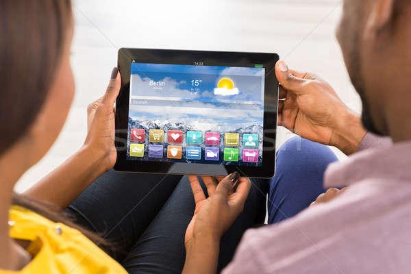 Pár néz tarka appok digitális tabletta Stock fotó © AndreyPopov
